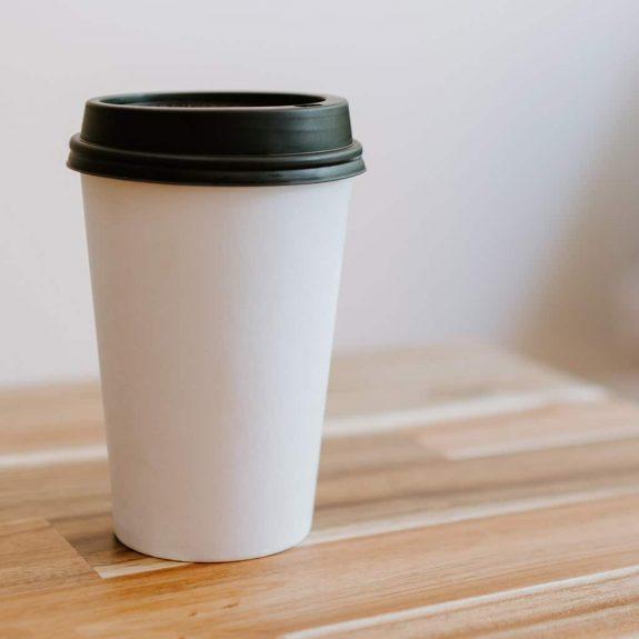 Coffe-to-go-Becher aus recycelten Rohstoffen